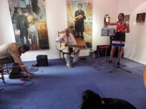 Vernissage am 19.07.2013, Einblick in die Ausstellung mit Berlin-Woman und Manfred Niepel (Musik und Lyrik)