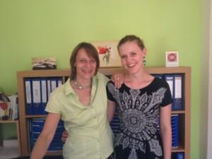 Dr. Carola Muysers und Joelle Spilker bei einem Social Media-Beratungstermin