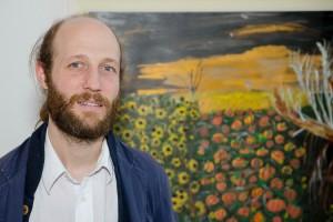 Bild: Moritz Pankok vor einem Gemälde von Cejia Stojika. Foto: ©James Rea