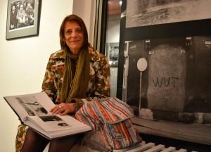 """Carola Muysers in der Ausstellung """"Querbeet. Harald Hauswald zum Sechzigsten"""", Foto: © Kater Kosz"""
