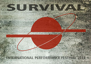 Survival performance Festival auf Berlin-Woman
