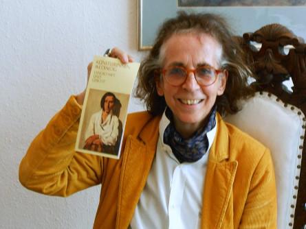 Alexandra Goy mit einem Portrait von Lotte Laserstein