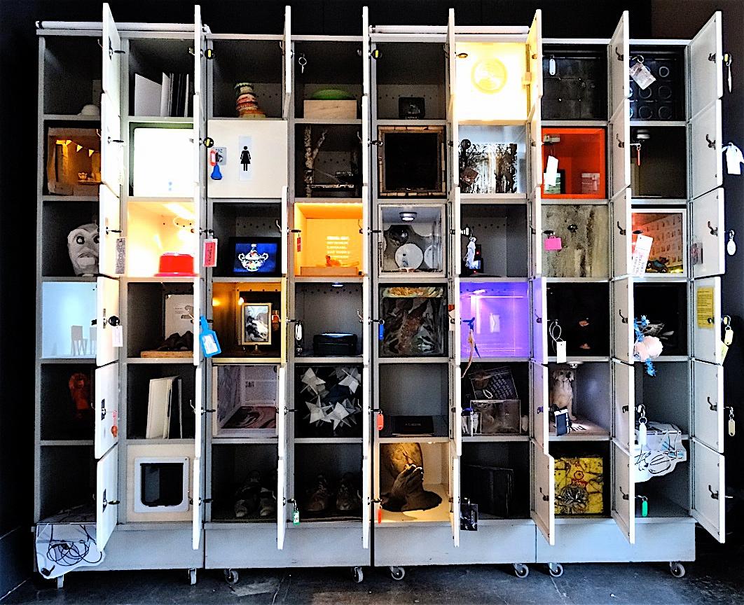 Locked,  Gruppenausstellung des Künstlerdorf Schöppingen mit 50 internationalen Künstler/innen. Sie gestalteten jeweils ein Schließfach, das das Publikum auf- und zumachen können. März 2015. Bild: http://www.stiftung-kuenstlerdorf.de/48/